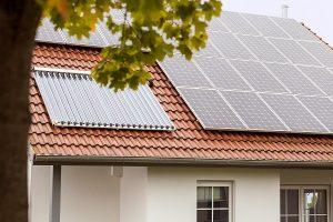 Solarthermie- und PV-Anlage auf einem Dach.