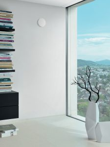 Das Tellerventil von Zehnder für die Wohnraumlüftung fügt sich dezent in die Raumgestaltung ein.