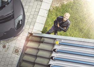 Mit einer Solarthermieanlage nutzen Hausbesitzer die Sonnenenergie für die Heizung und Warmwasserversorgung. Foto: Paradigma