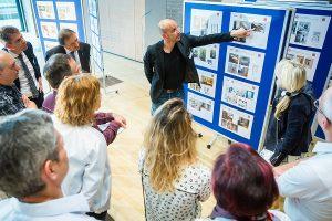 Hanns-Christian Hofmann erläutert dem Fachpublikum die Wettbewerbsbeiträge und Badplanung.