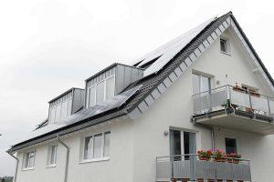 Mit einer Photovoltaik-Anlage erzeugen Hausbesitzer den eigenen Ökostrom für den Betrieb ihrer Wärmepumpenheizung. Foto: BWP
